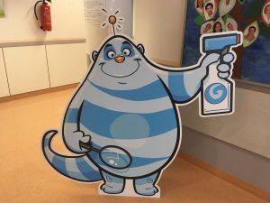 Ein blauer Hygiene-Held hilft Kindern Erreger zu vernichten